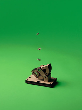 Coin Flipper, 2009, 200×100×200mm、MDF / Spring  Photo : Theo Cook Courtesy of the artist